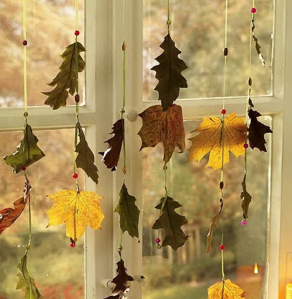 Гирлянда из осенних листьев на окне
