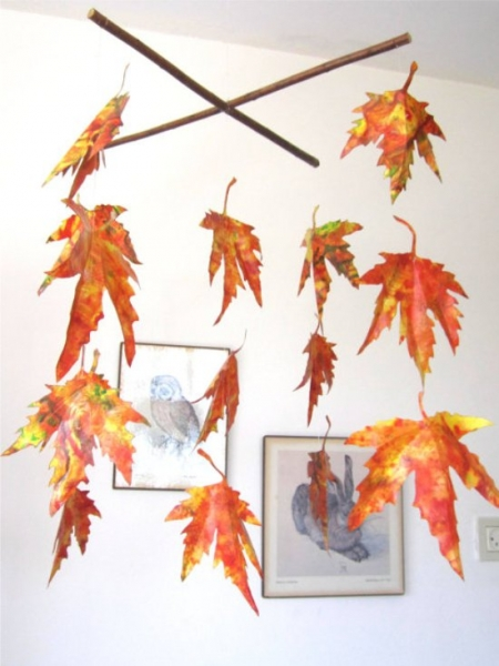 Мобиль из осенних кленовых листьев