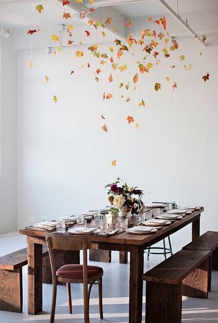 Гирлянда из осенних листьев на потолке