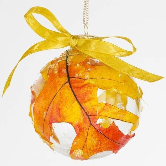 Стеклянный шар, декорированный осенними листьями