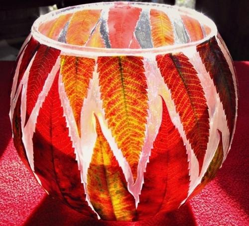 Декор круглой вазы осенними листьями