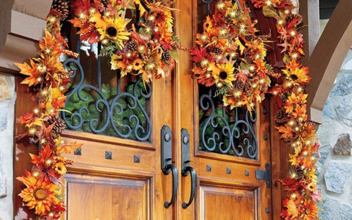 Украшение входной двери венками и гирляндами из осенних листьев