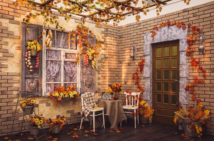 Урашение террасы осенними листьями