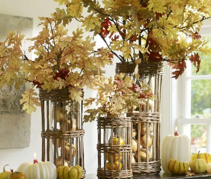 Букеты из осенних листьев в декоративных вазах