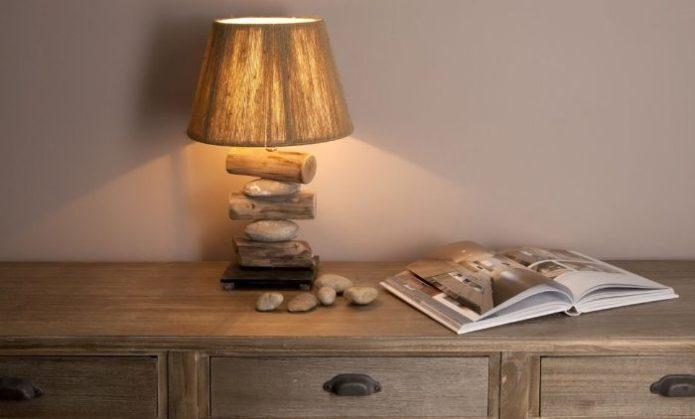 Настольная лампа из небольших деревянных поленьев