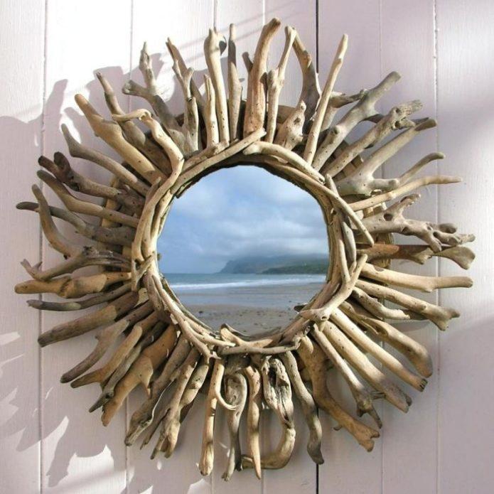 Зеркало в круглой рамке из веток