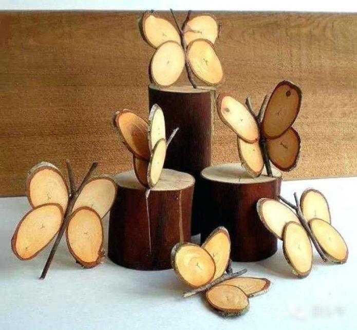 Оригинальный декор из веток и деревянных спилов