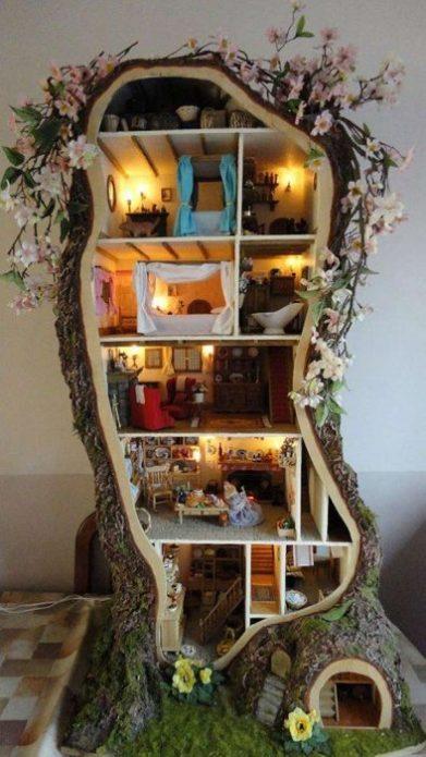 Кукольный домик в большой деревянной коряге