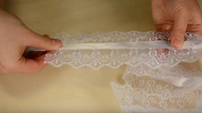 Заготовка из кружева для подвязки и атласная лента