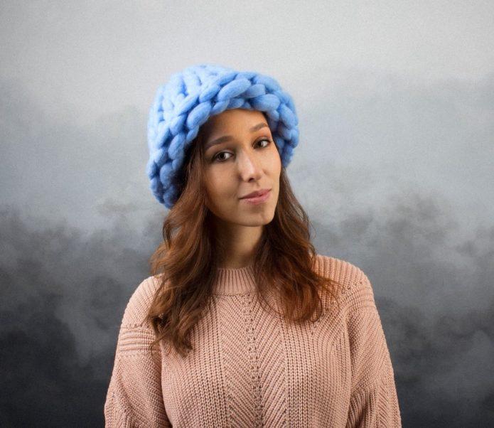 Девушка в шапке из пряжи мериноса голубого цвета