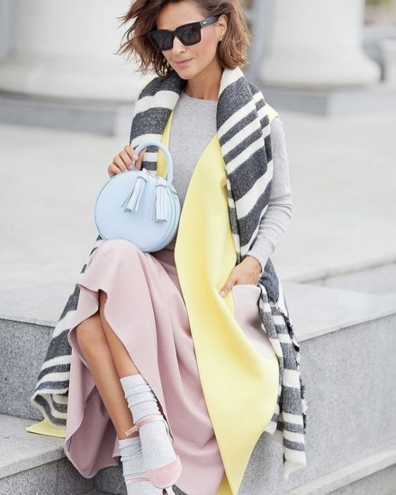Образ девушки с длинным полосатым шарфом