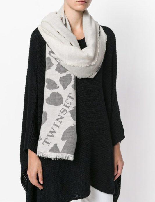Девушка с серым шарфом