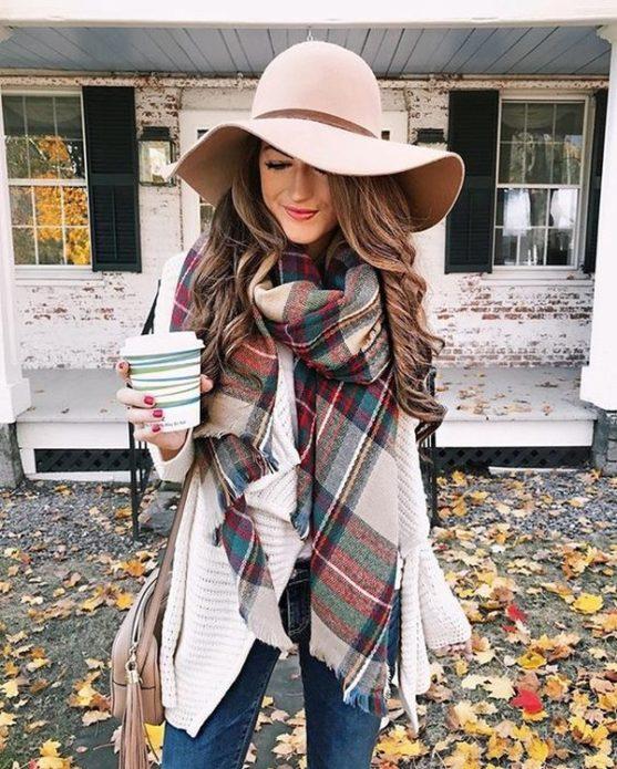 Девушка с большим клетчатым шерстяным шарфом