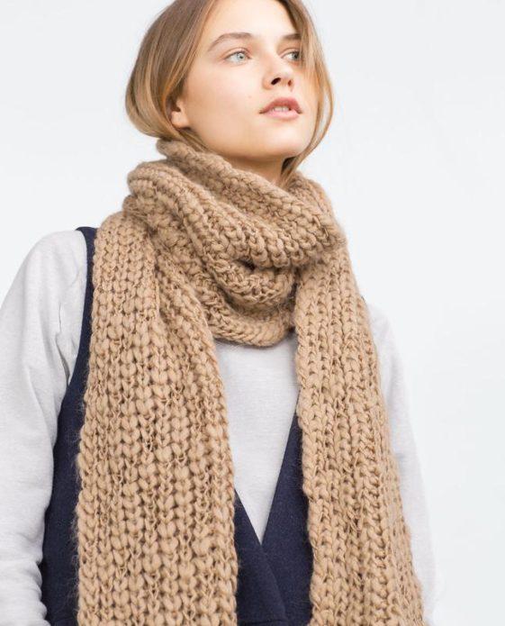 Девушка с вязаным шарфом бежевого цвета