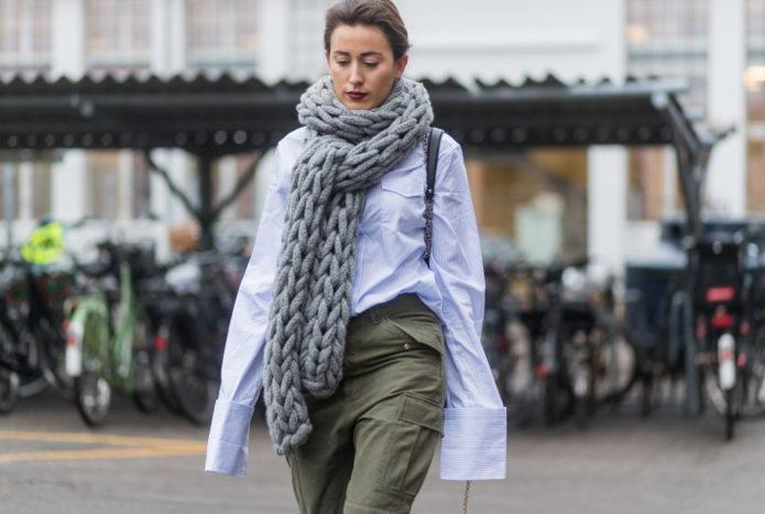 Девушка с большим серым шарфом