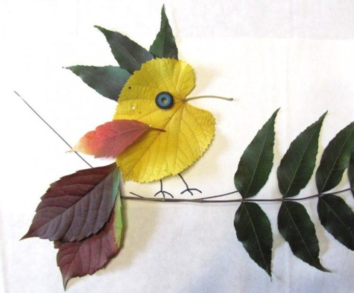 Аппликация с птицей из осенних листьев
