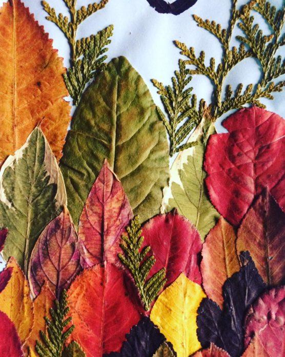 Яркая аппликация с осенними листьями