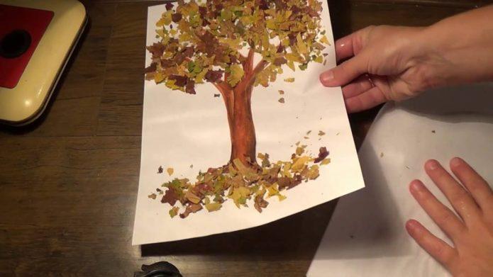 Простая аппликация с осенними листьями