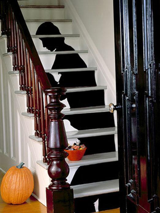 Декор лестницы в доме на Хэллоуин