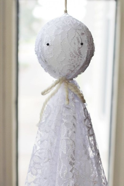 Привиденье на Хэллоуин из ткани и поролонового шарика