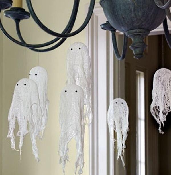 Привидения из марли на люстре
