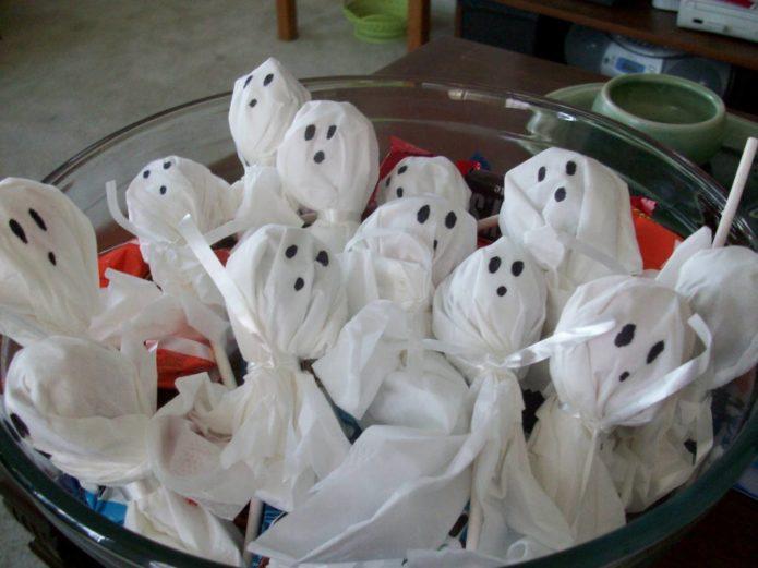 Привидения из конфет из ткани на Хэллоуин
