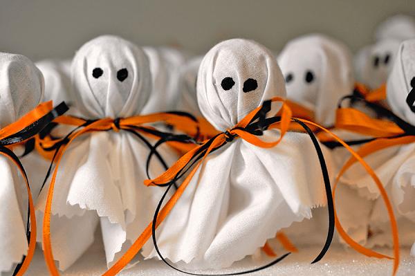 Привидения из конфет и ткани на Хэллоуин