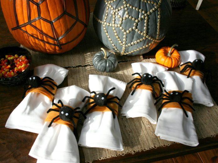 Декор салфеток из пауков на Хэллоуин