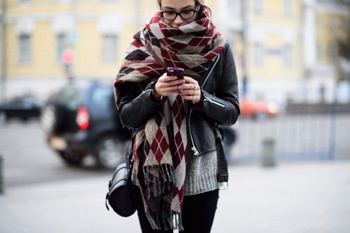 Девушка с клетчатым шарфом-пледом