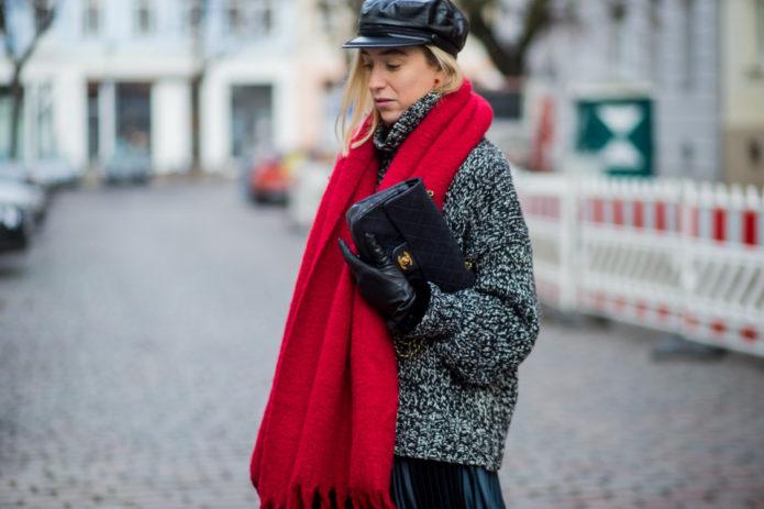 Девушка в сером пальто с красным шарфом