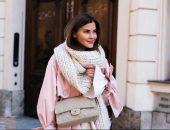 Девушка в розовом пальто и вязаном шарфе