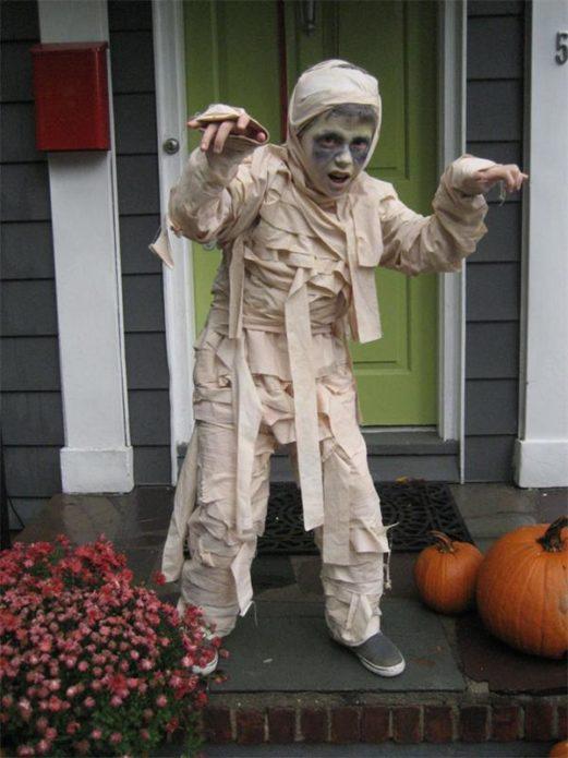 Мальчик в костюме мумии на Хэллоуин