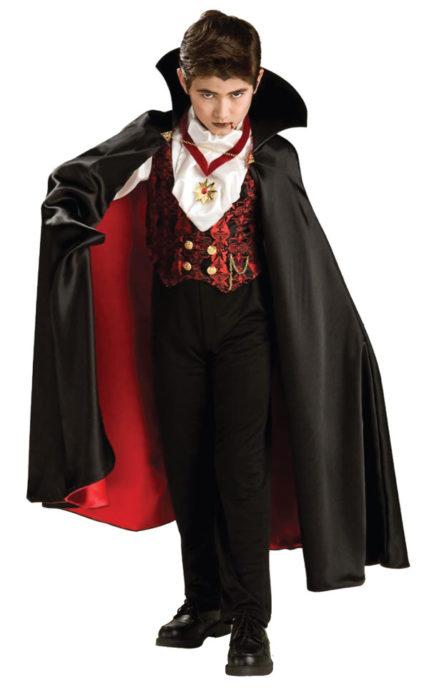 Мальчик в костюме вампира на Хэллоуин