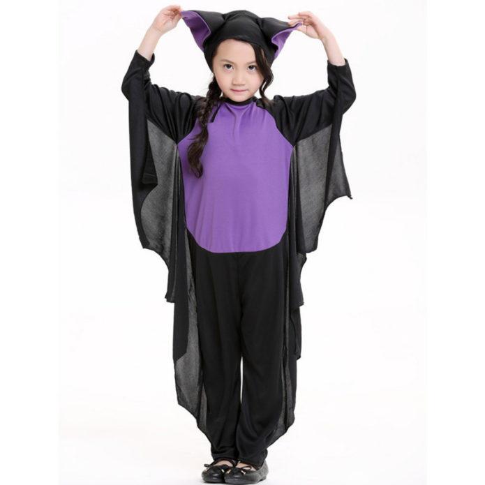 Девочка в костюме летучей мыши на Хэллоуин
