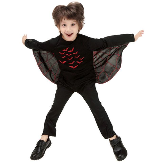 Мальчик в костюме летучей мыши на Хэллоуин