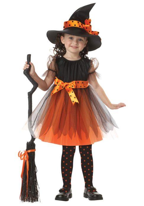 Девочка в костюме ведьмы на Хэллоуин