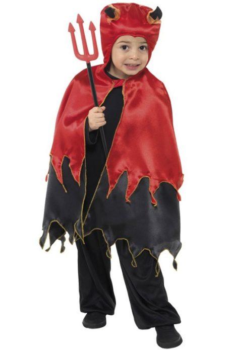 Мальчик в костюме дьяволенка на Хэллоуин