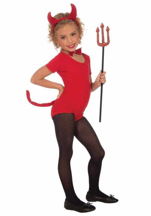 Девочка в костюме дьяволенка на Хэллоуин