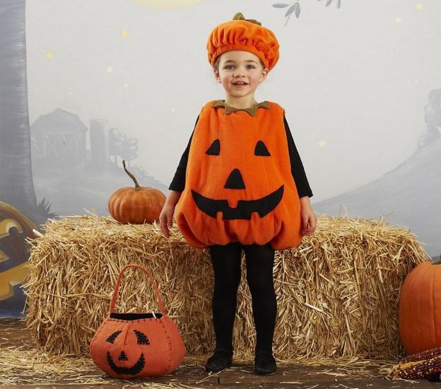 Девочка в костюме тыквы на Хэллоуин