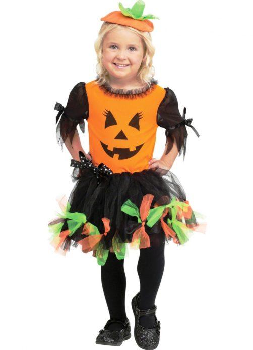 Девочка в забавном костюме тыквы на Хэллоуин