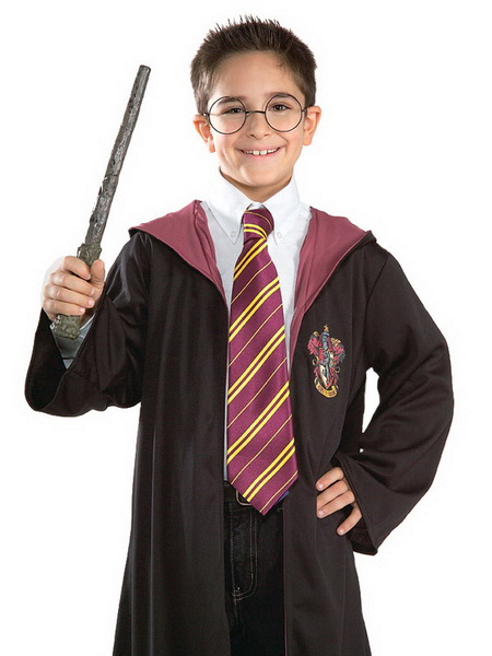 Мальчик в костюме мага на Хэллоуин
