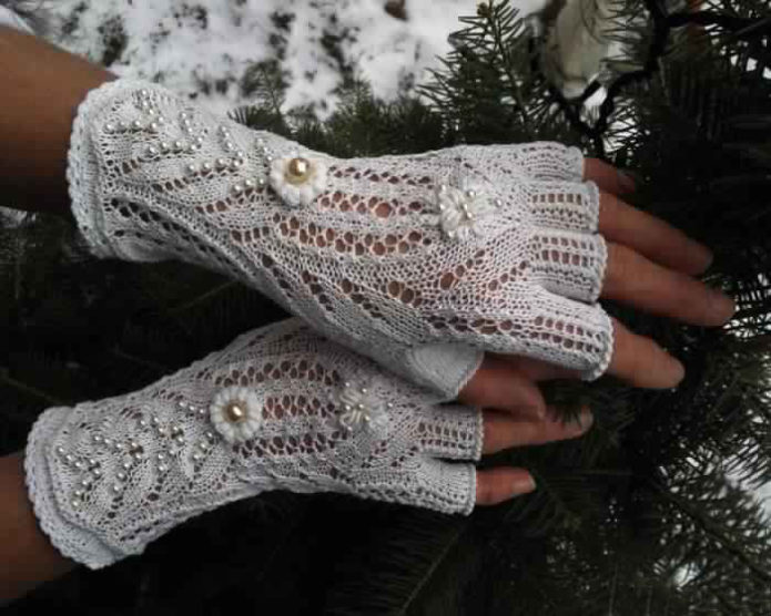 Белые ажурные митенки