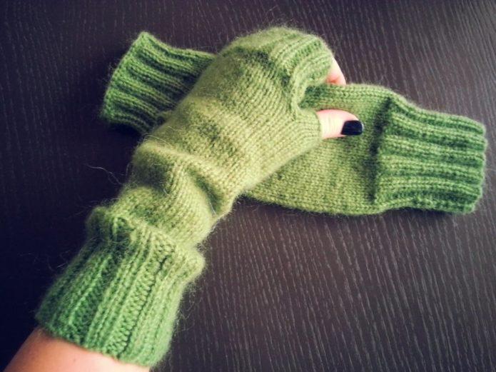 Зеленые митенки лицевой вязкой