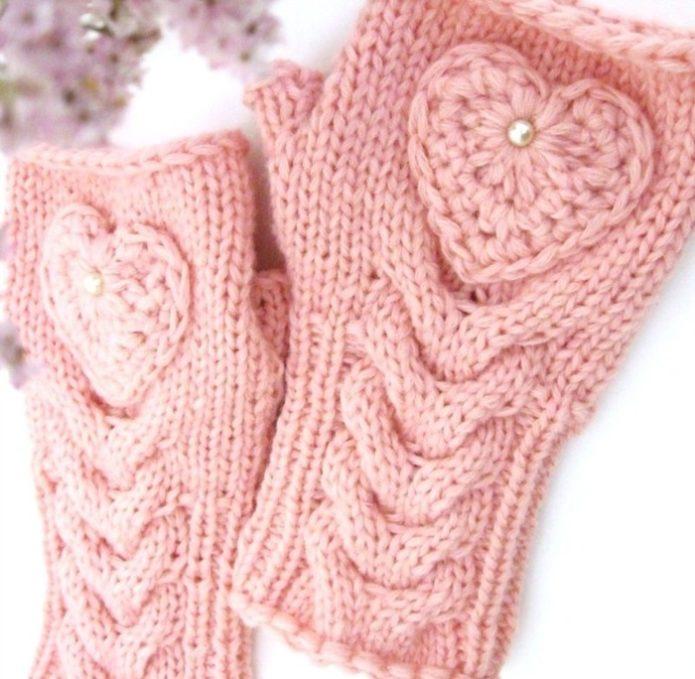 Митенки розового цвета с объемным узором и сердечками