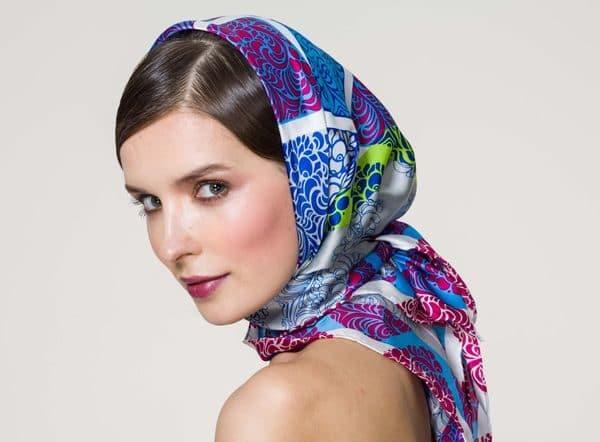 Девушка с шелковым платком на голове