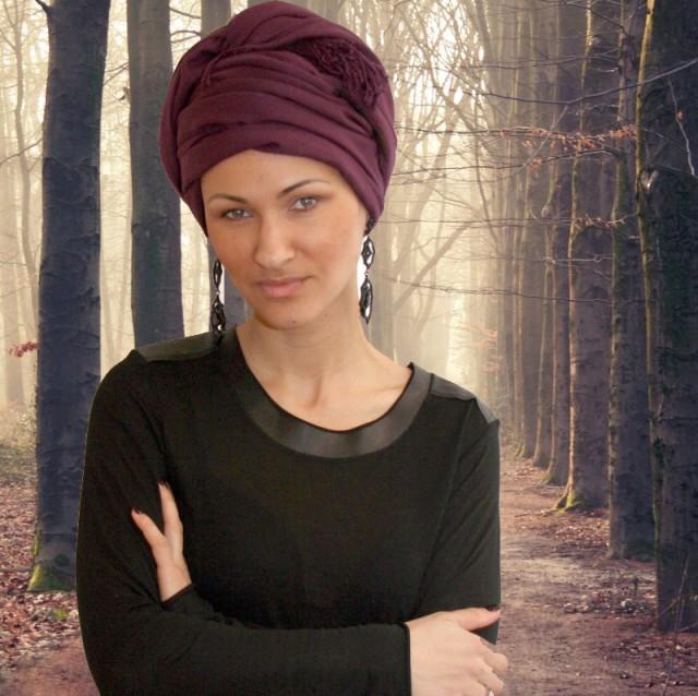 Девушка с плотным платком на голове