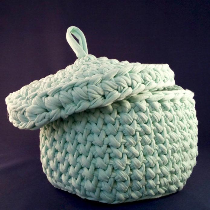 Идея вязаной корзины с крышкой