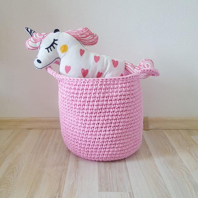 Круглая вязаная корзина розового цвета для игрушек