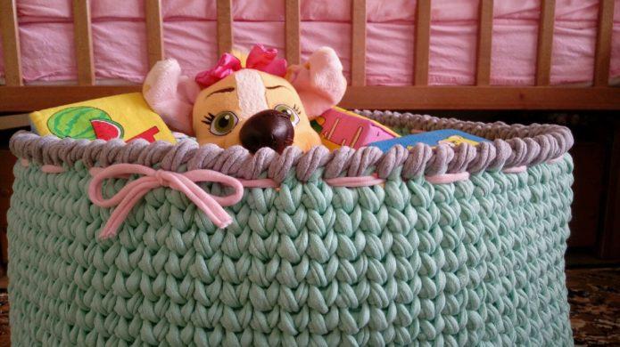 Вязаная корзина для игрушек