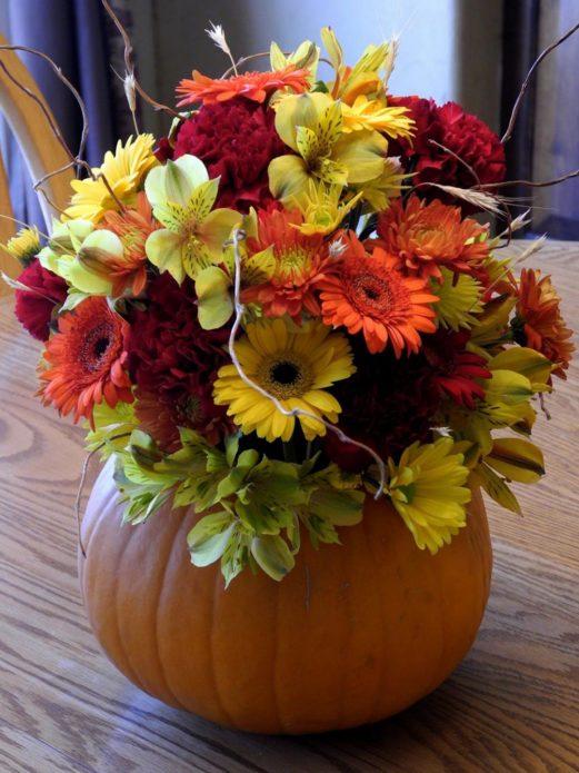 Флористическая композиция из тыквы и цветов